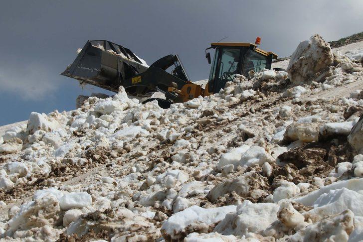 Haziran ayında 3 bin 800 rakımlı yaylada karla mücadele