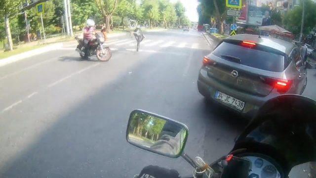 Feci kaza kamerada... Motosikletle çarpışan bisiklet sürücüsü yaralandı