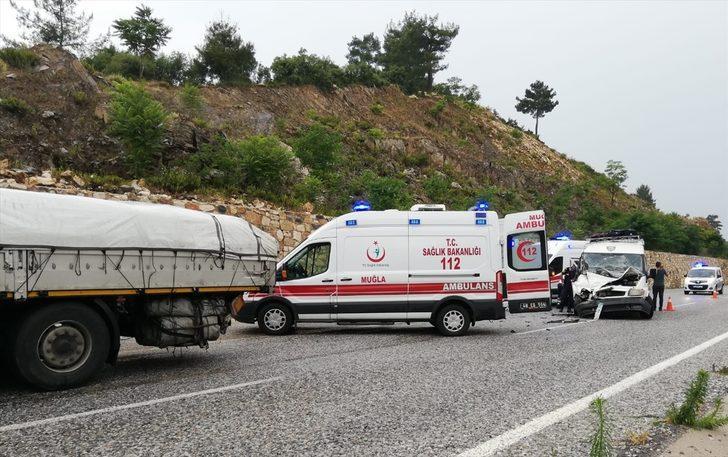 Muğla'da minibüs ile TIR çarpıştı: 14 yaralı