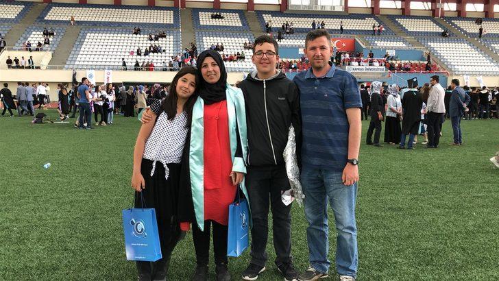 İkiçocuk annesi üniversiteyi birincilikle bitirdi