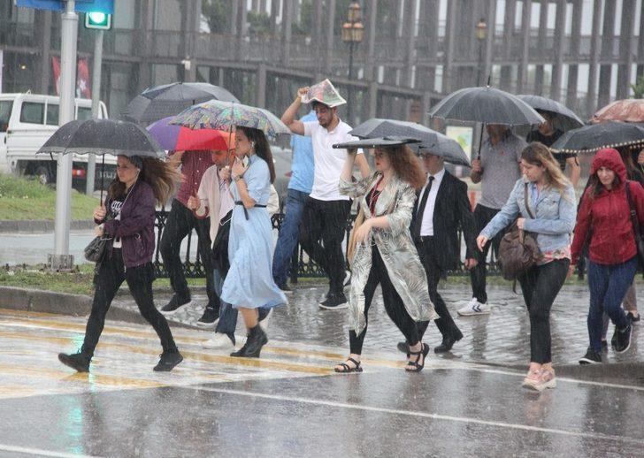 Samsun'da sağanak yağış hayatı olumsuz etkiledi