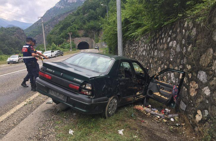 Otomobil istinat duvarına çarptı: Melek öldü, anne ve babası yaralandı