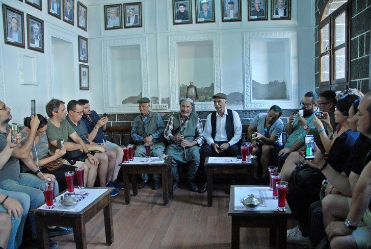 Dünyaca ünlü şeflere Diyarbakır'da reyhan şerbeti ikram edildi