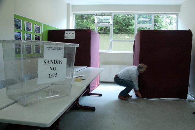 İstanbul'da okullarda seçim sandıkları kuruldu