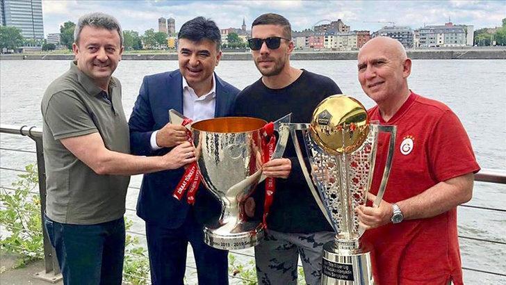 Podolski Galatasaray'ın şampiyonluk kupalarıyla poz verdi