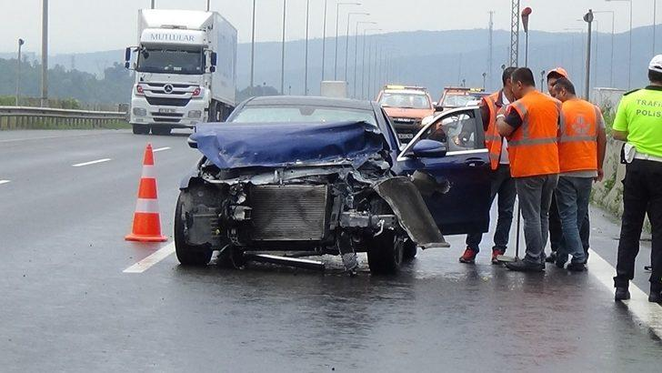 Lüks otomobil hurdaya döndü, 2 kişi burunları bile kanamadan kurtuldu
