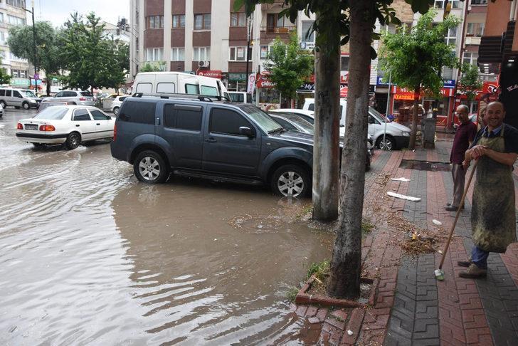 Sivas'ta sağanak, cadde ve sokakları göle çevirdi