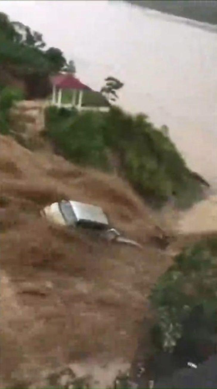 Çin'de sel suları araçları sürükledi