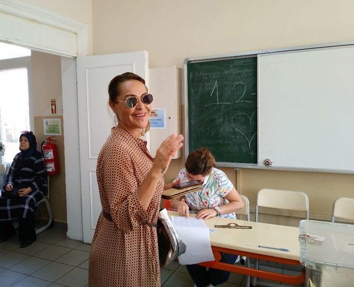 Ünlü sanatçı Hülya Avşar ve kızı oyunu kullandı