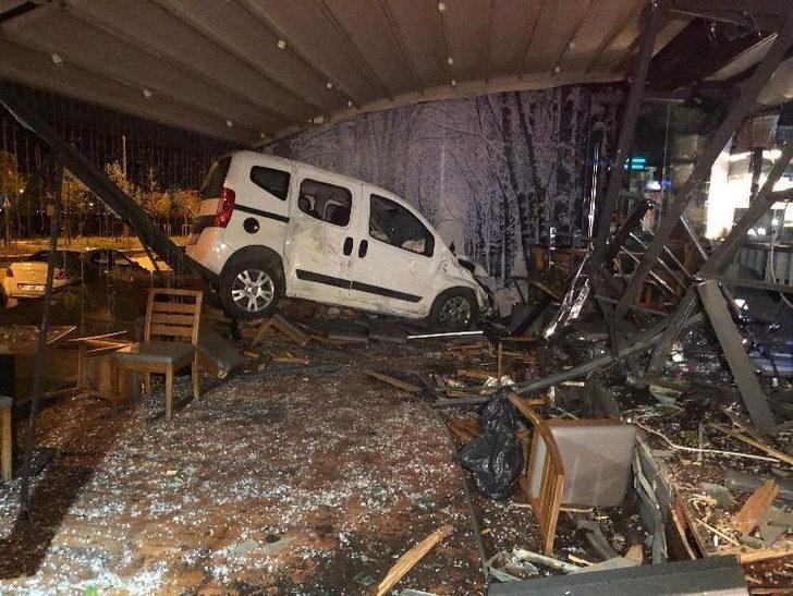 Başkent'te kadın sürücü otomobiliyle kafeye girdi: 1 yaralı
