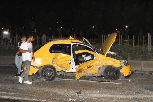 Polisten kaçtığı otomobille ters yönde taksi ile çapıştı: 2 yaralı