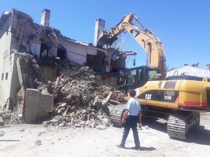 Tuşba'da metruk yapıların yıkımı sürüyor