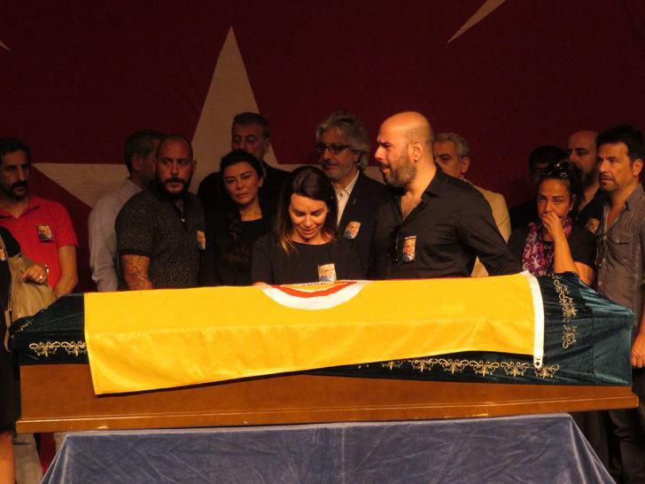 Usta oyuncu Enis Fosforoğlu için Haldun Taner Sahnesi'nde tören düzenlendi