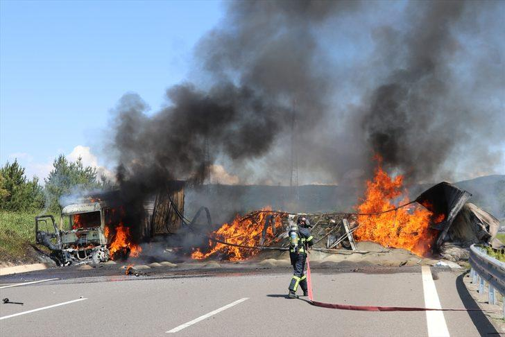 TEM Otoyolunda 3 araç yandı! Otoyol çift yönlü ulaşıma kapandı