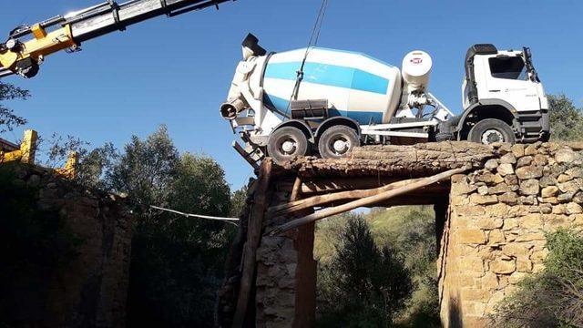 Beton mikseri, çöken köprüde askıda kaldı