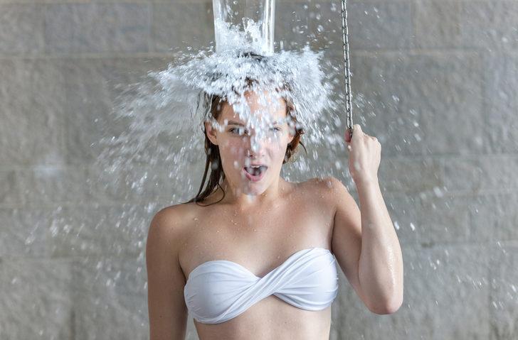 Kadınlar günde 10 bardak su içmeli, sık sık duş alınmalı