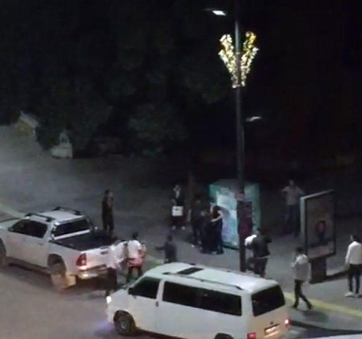 2 kişinin yaralandığı bıçaklı kavga kameralara yansıdı