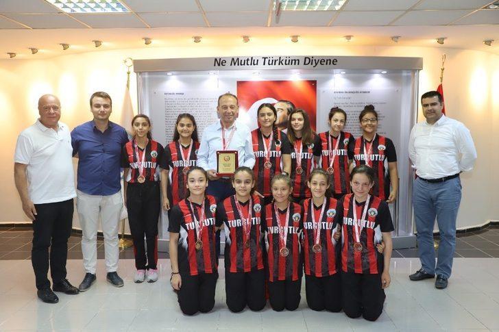 Başkan Akın, Türkiye dördüncüsü hentbolcuları ağırladı