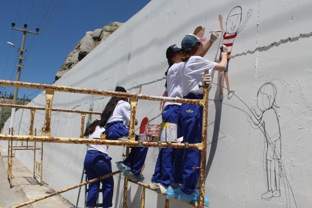 Kahramanları, duvara resmediyorlar
