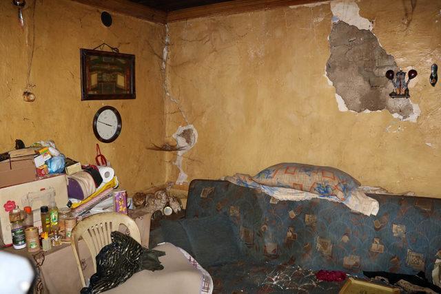 Çatısı çökmek üzere olan evde yaşam mücadelesi