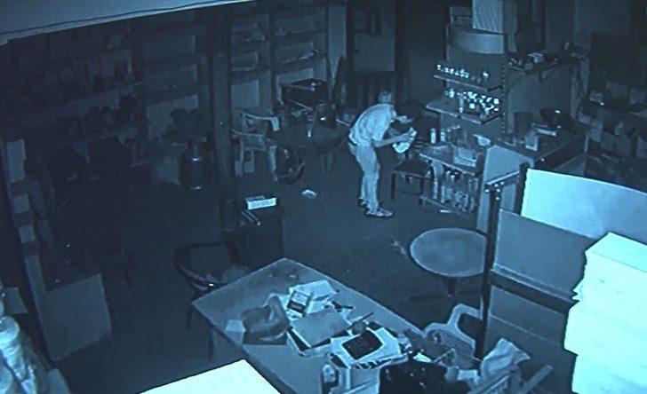Camı kırıp girdiği iş yerini soydu, o anlar kameraya yansıdı