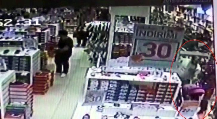 (Özel) AVM'deki mağazada bebek pusetinden 20 bin lira çalan hırsızlar kamerada