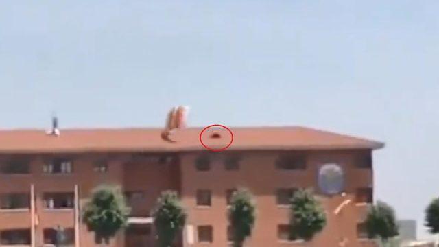 Paraşütçü asker, çatıya çarptı