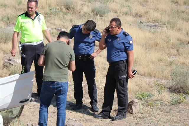 Kayseri'de kovaladığı aracı şarampole yuvarladıktan sonra şoförünü silahla ateş ederek öldüren 1 kişi kaçtı. Polis ekipleri olay yerinde geniş çapta inceleme yaparken, kaçan şüpheli aranıyor. ile ilgili görsel sonucu
