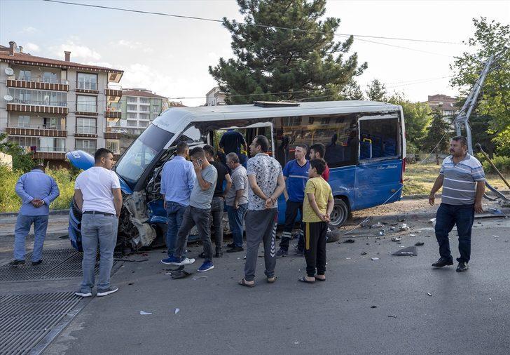 Ankara'da dolmuş ile otomobil çarpıştı: 8 yaralı