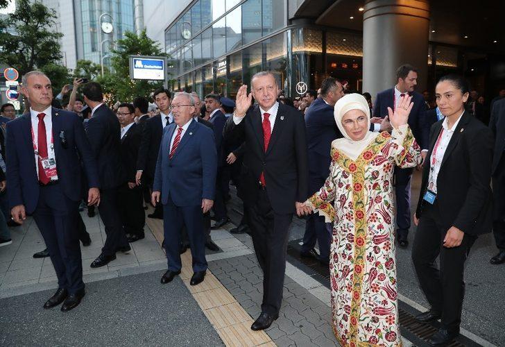 Erdoğan ve eşi Japonya'da Türk vatandaşlarını selamladı