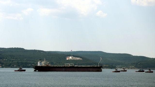 Çekilerek tersaneye götürülen tanker, Çanakkale Boğazı'ndan geçti