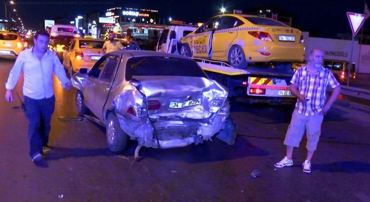 Trafik kazasına müdahale eden polislere otomobil çarptı: 2'si polis 8 yaralı