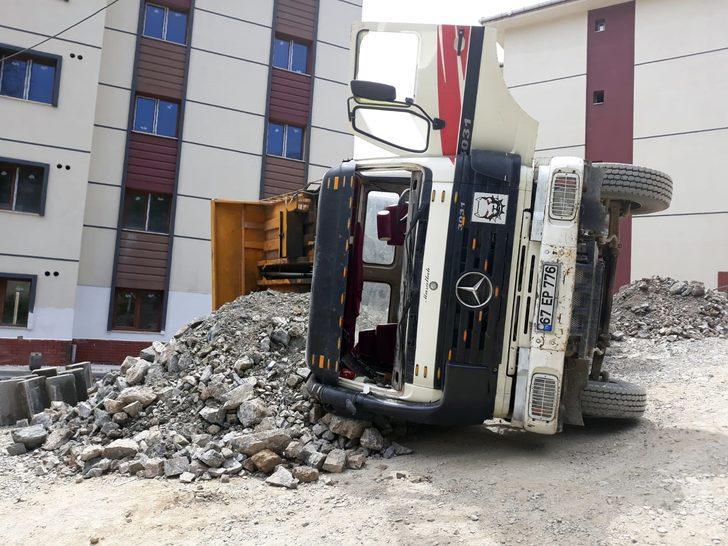 İnşaatta kamyon devrildi: 1 yaralı