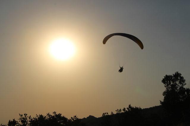 Şırnak'taki Namaz Dağı'nda yamaç paraşütü yarışması
