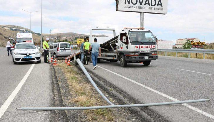 Otomobil aydınlatma direğine çarptı: 2'si çocuk 7 yaralı