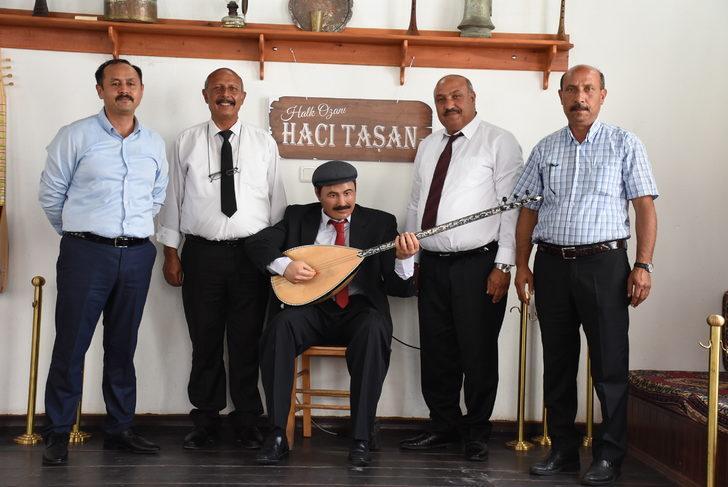 Halk ozanı Hacı Taşan'ın saz çalıp, türkü söyleyen heykeli yapıldı
