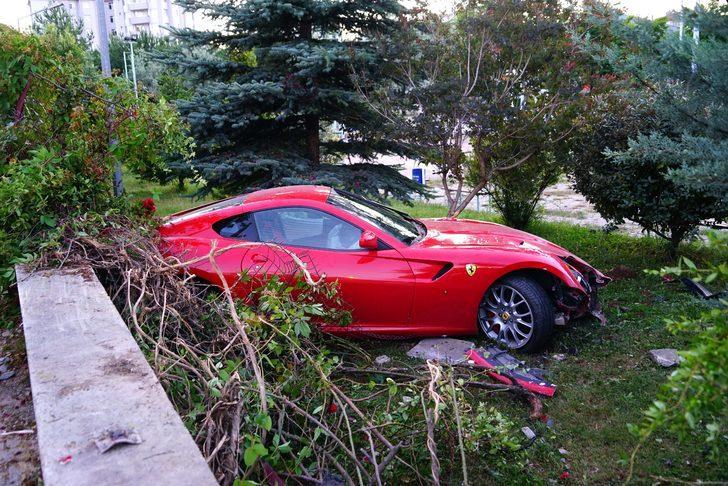 Ferrari'siyle yoldan çıkıp okulun bahçesine uçtu!