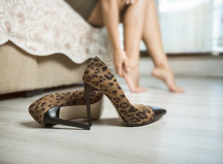 Ayağınızda fazladan kemik yok! 6  santimetreden yüksek topuklu ayakkabı giymek...