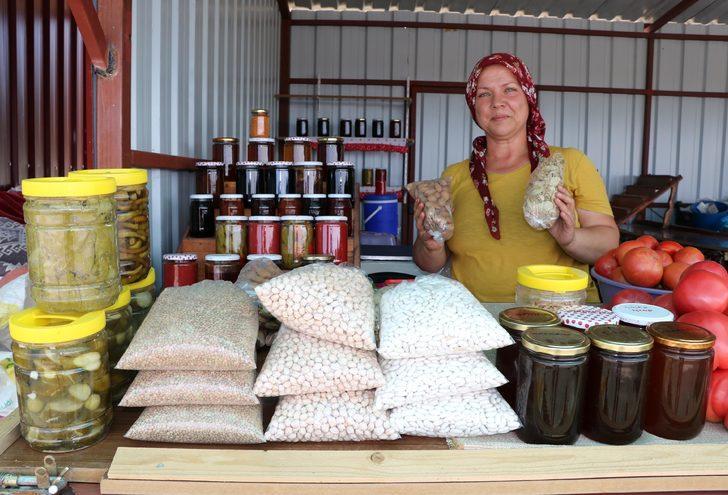 Köyde üretip, yol kenarında tatilcilere satıyor