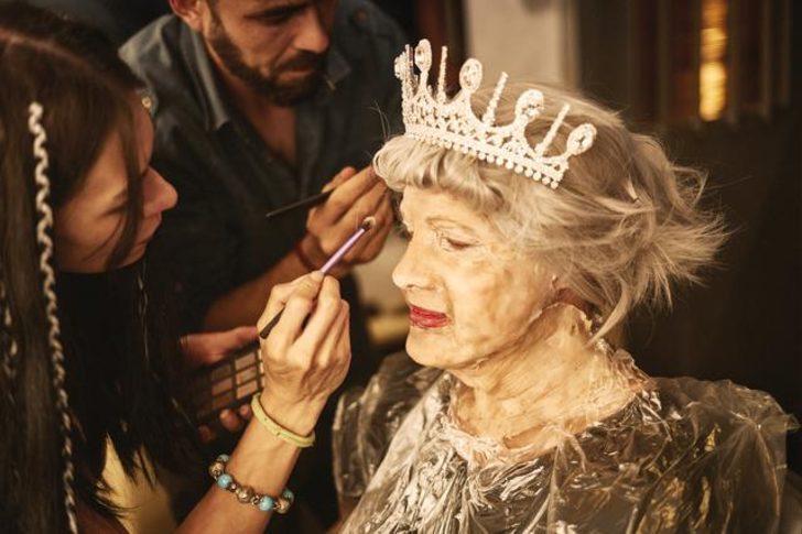 Ozan Doğulu Kraliçe Elizabeth oldu!