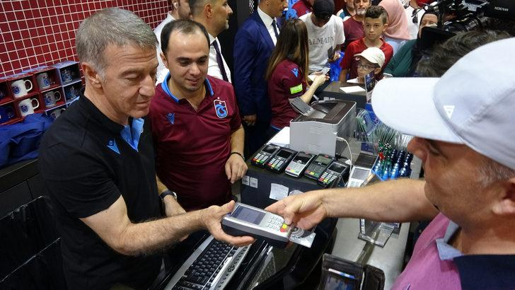 Trabzonspor'da başkan Ağaoğlu, forma satışı yaptı