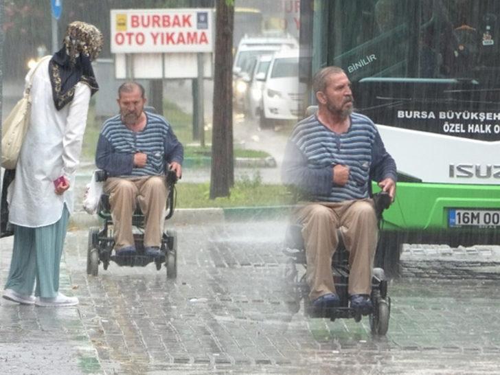 Bursa'da sağanak altında engelli adamın zor anları