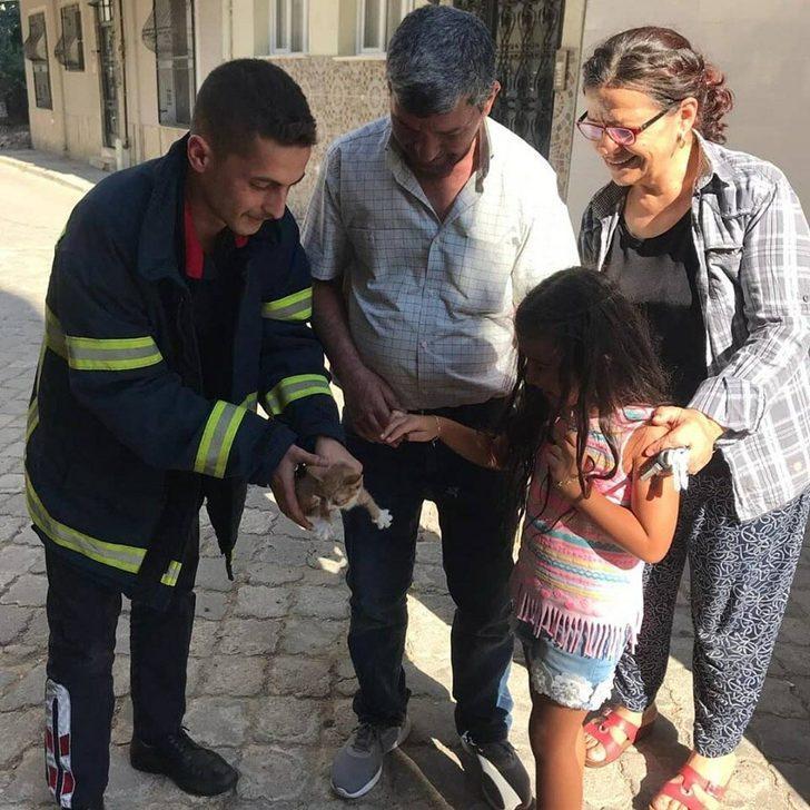 Otomobilin motor bölümüne sıkışan yavru kediyi itfaiye kurtardı