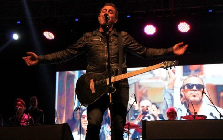 Haluk Levent 10 bin nüfuslu ilçede 20 bin kişiye konser verdi