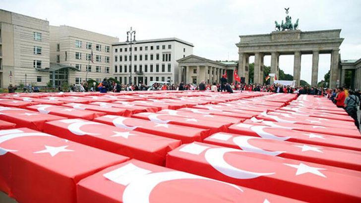 Almanya'nın tarihi meydanında dikkat çeken görüntü!