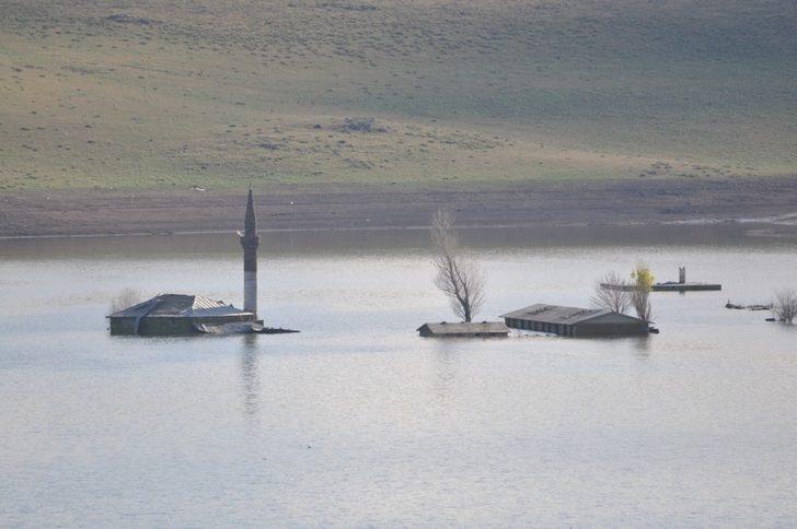 Baraj Gölü'nde sular çekilince cami ve oku ortaya çıktı