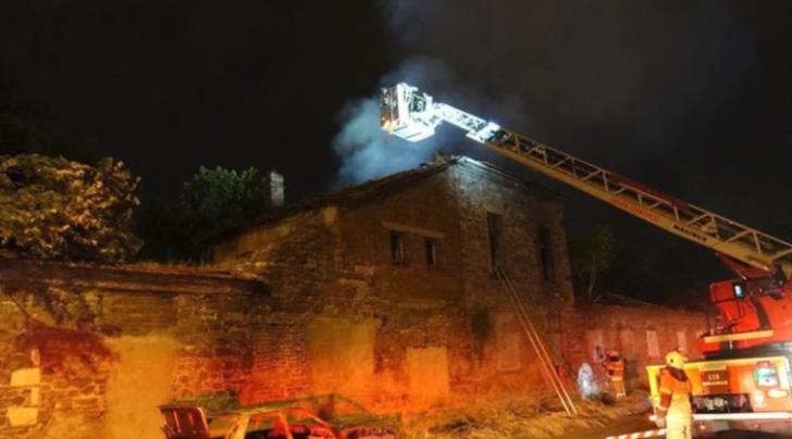 İzmir'de tarihi fabrika binasında korkutan yangın!