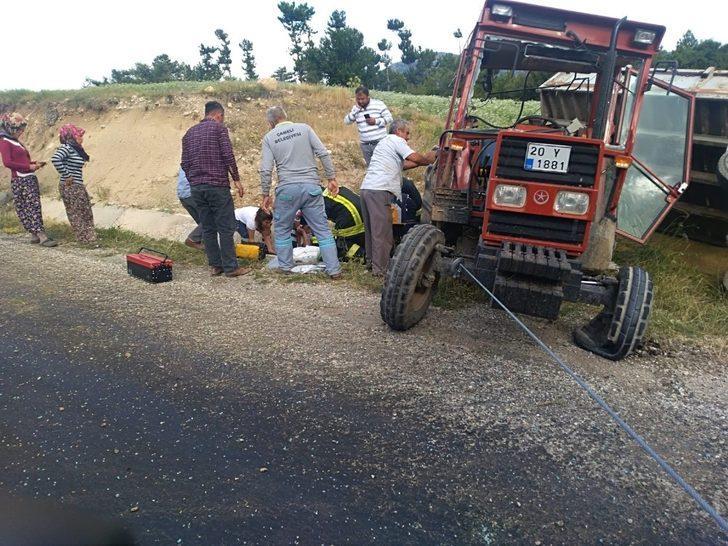 Arpa balyası yüklü traktör devrildi, 1 kişi yaralandı
