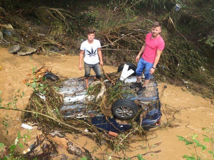 Düzce'de sel: 23 köy yolu kapandı, mahsur kalanlar helikopterle kurtarıldı (4)
