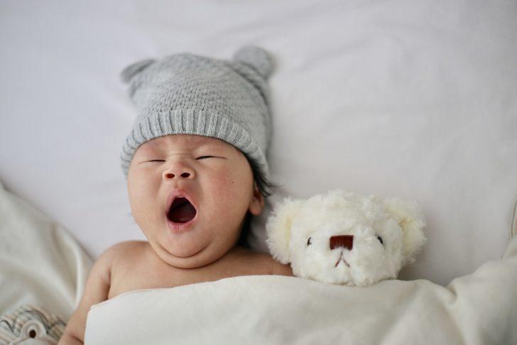 İnsanların eski zamanlarda bebeklere yaptığı çok tuhaf şeyler!